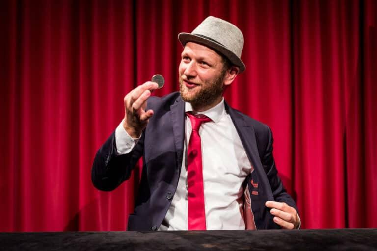 Jan Philip Wiepen führt Zauberkunststück vor
