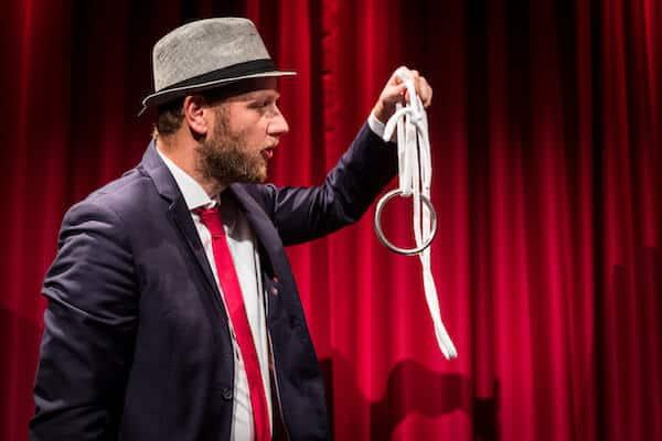 Jan Philip Wiepen führt Zauberkunststück auf