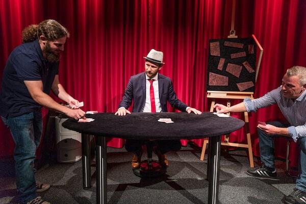Jan Philip Wiepen macht einen Kartentrick mit Gästen