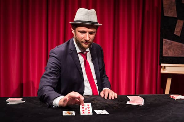 Jan Philip Wiepen zeigt Kartentrick