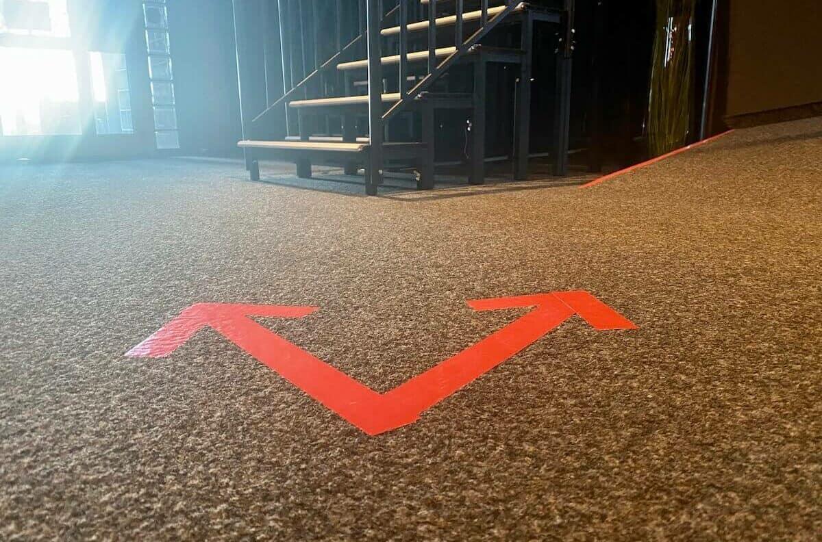 Pfeile am Boden geben Besuchern im Zaubertheater Wiepen die Richtung vor